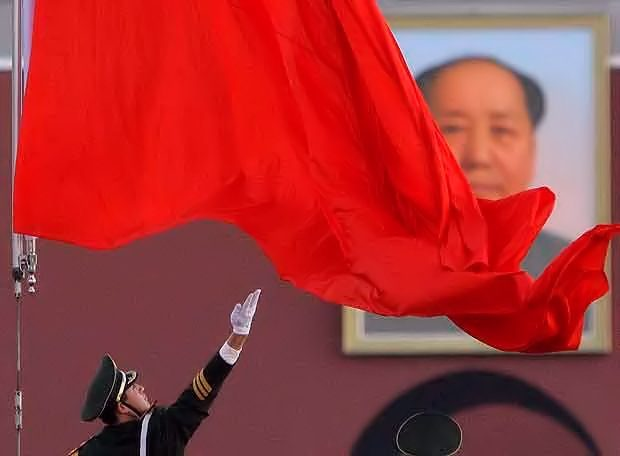 Bandera china en el mausoleo de Mao Zedong. WikiCommons