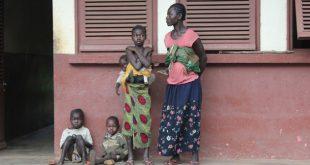 Pacientes esperan en la puerta del Hospital Kaga Bandoro en República Centroafricana. Se estima que 35 por ciento de la población se encuentra en situación vulnerable y necesita asistencia urgente. Crédito: Gregoire Pourtier/cc by 2.0