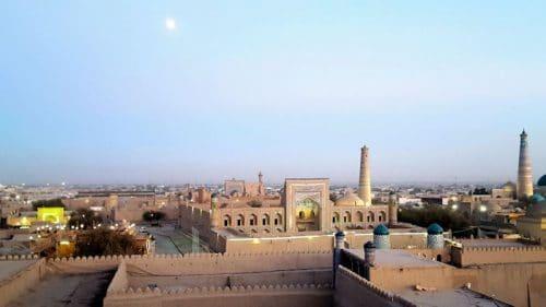Atardecer en Khiva en donde se aprecia el Terrasa Café en la parte inferior izquierda